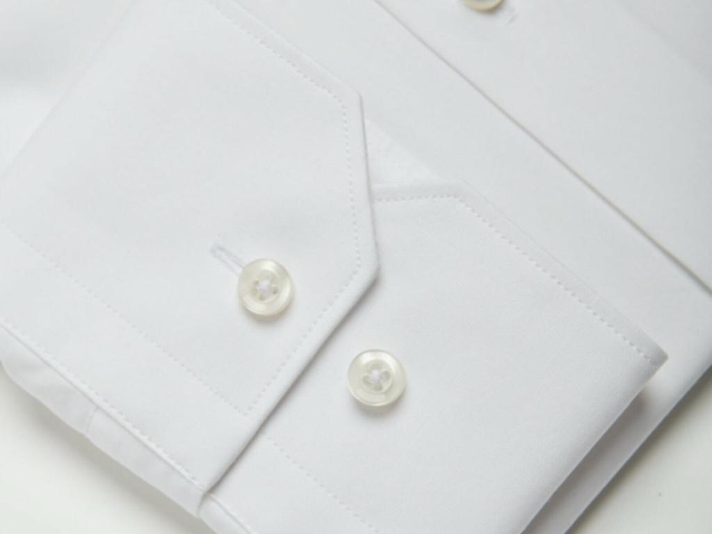 la chemise anti transpiration homme blanche en Tencel et polyester recyclé détails poignets cassés